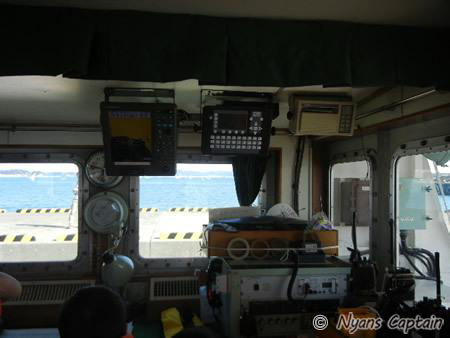 船室はいろんな無線やら最新の機器やら